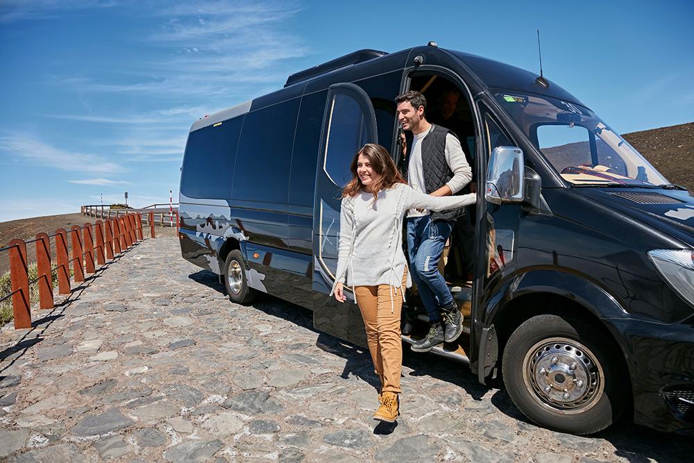 Couple en train de descendre du microbus du Teide Tour Vip