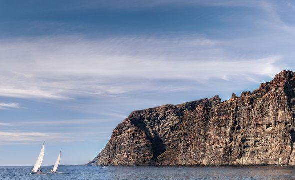 Panoramique des falaises de Los Gigantes et des voiliers sur la mer