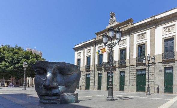Place et sculpture du Théâtre Guimerá à Santa Cruz de Tenerife